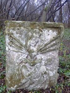 Надгробок з понівеченою кулями НКВДистів іконою Матері Божої Семестрільної
