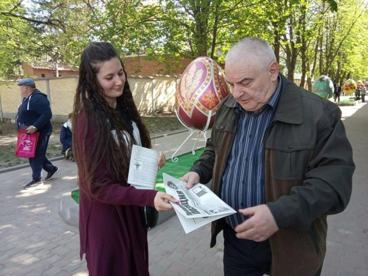 Волонтери роздають газету на вулицях міста